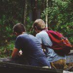 Jugendliche beim Wandern im Wald